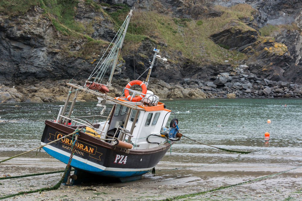 PORT ISAAC, CORNWALL/UK - AUGUST 13 : Fishing boat in Port Isaac